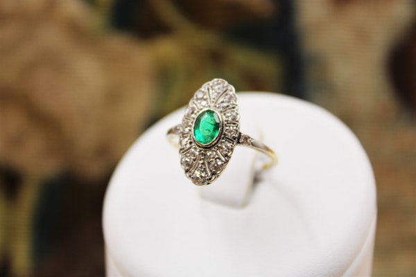 A very fine Oval Emerald & Diamond Plaque Ring mounted in 14ct Yellow Gold & Platinum, Continental, Circa 1920 - image 2