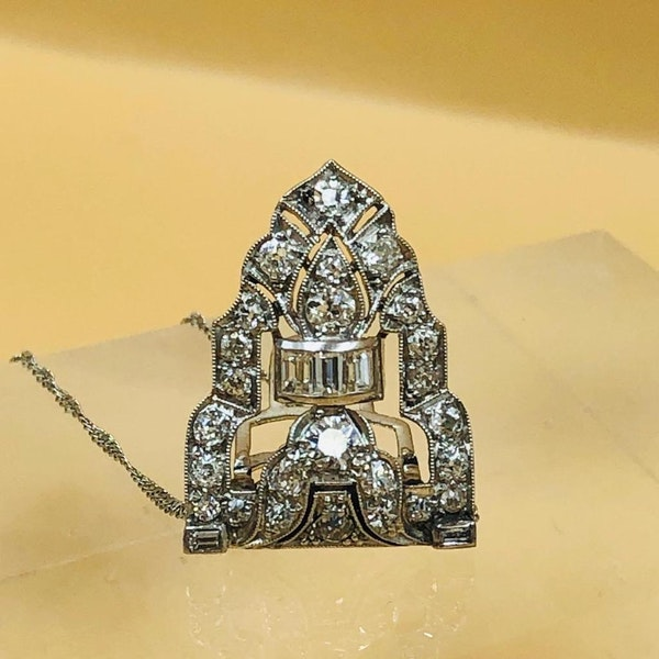 A very beautiful Platinum (tested) Art Deco Diamond Clip Brooch convertible to a Pendant, Circa 1925 - image 2