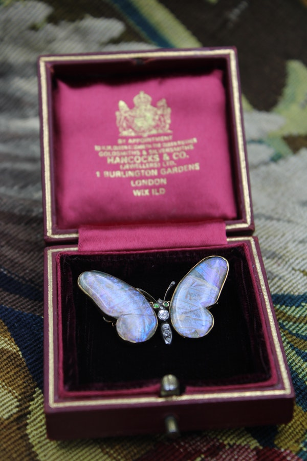 An extremely fine 15 Carat Yellow Gold (marked) Butterfly Brooch, English, Circa 1919. - image 2