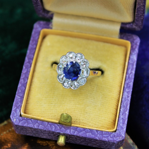 A very fine Sapphire and Diamond Cluster Ring set in 18ct Yellow Gold & Platinum, Circa 1935 - image 3