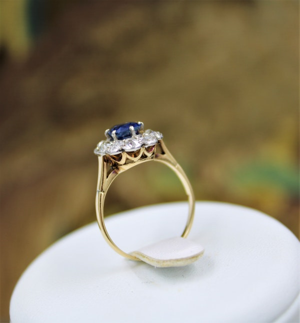 A very fine Sapphire and Diamond Cluster Ring set in 18ct Yellow Gold & Platinum, Circa 1935 - image 5