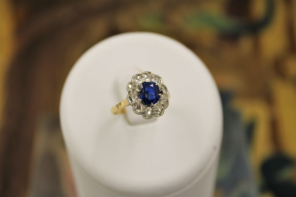 A very fine Sapphire and Diamond Cluster Ring set in 18ct Yellow Gold & Platinum, Circa 1935 - image 4