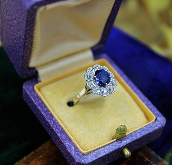 A very fine Sapphire and Diamond Cluster Ring set in 18ct Yellow Gold & Platinum, Circa 1935 - image 2