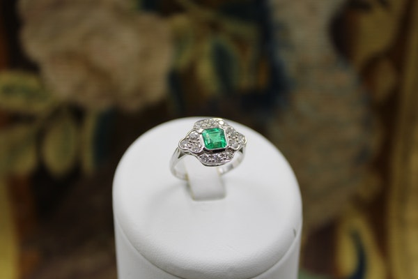 A very fine Emerald and Diamond Cluster Ring mounted in 18ct White Gold, English, Circa 1955 - image 6