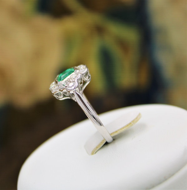 A very fine Emerald and Diamond Cluster Ring mounted in 18ct White Gold, English, Circa 1955 - image 5