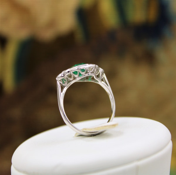 A very fine Emerald and Diamond Cluster Ring mounted in 18ct White Gold, English, Circa 1955 - image 4