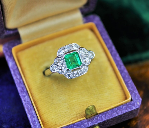 A very fine Emerald and Diamond Cluster Ring mounted in 18ct White Gold, English, Circa 1955 - image 3