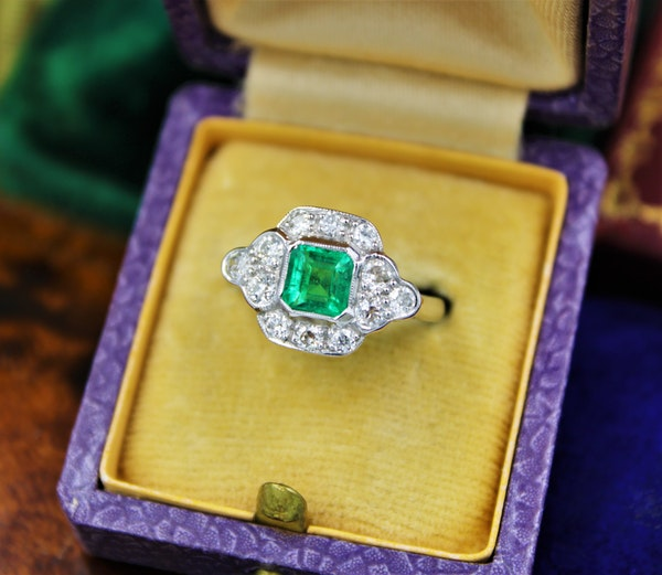 A very fine Emerald and Diamond Cluster Ring mounted in 18ct White Gold, English, Circa 1955 - image 1