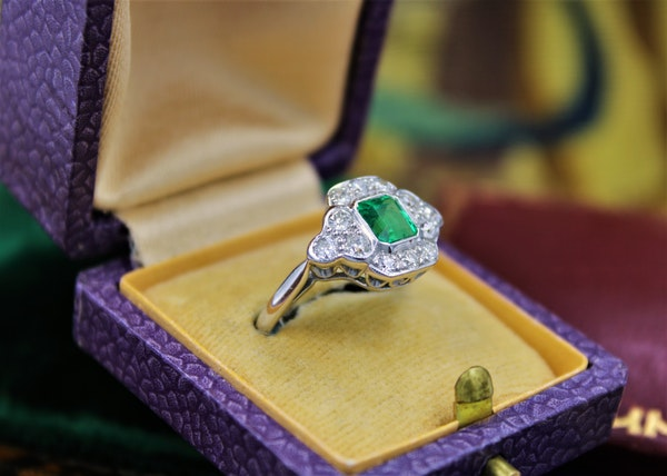 A very fine Emerald and Diamond Cluster Ring mounted in 18ct White Gold, English, Circa 1955 - image 2