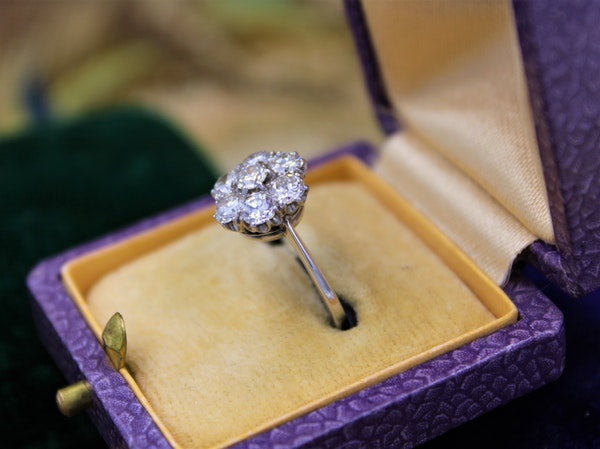 """A very fine """"Transition-Cut"""" Diamond Cluster Ring set in 18ct White Gold & Platinum, English, Circa 1930-1940 - image 2"""