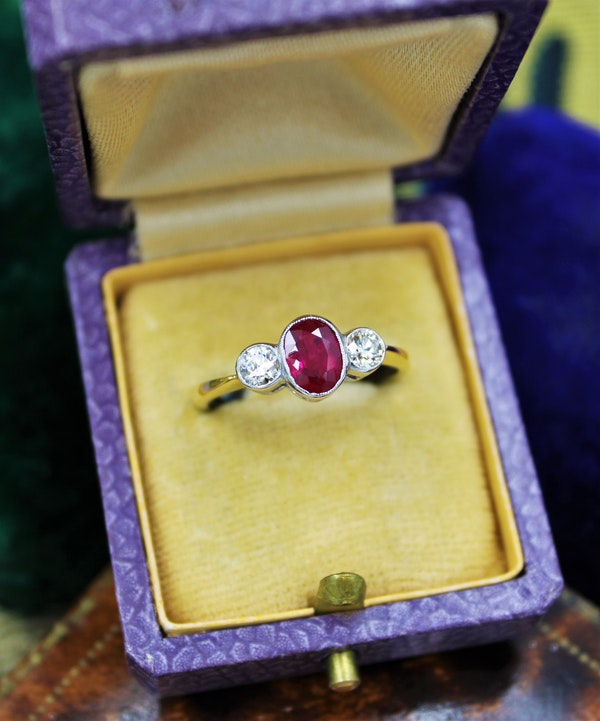 A very fine Oval Natural Ruby & Diamond Ring mounted in 18ct Yellow Gold & Platinum, Pre-owned - image 4