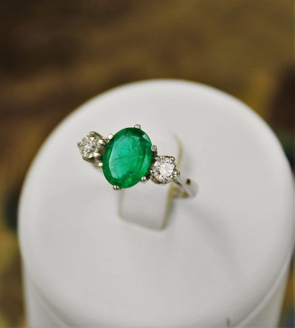 A very fine Emerald & Diamond Three Stone Ring set in Platinum, Circa 1980 - image 4