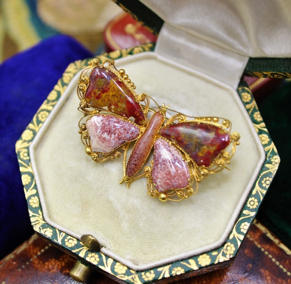 An extremely fine Georgian Agate Butterfly Brooch set in High Carat Yellow Gold, English, Circa 1780 - 1790 - image 1