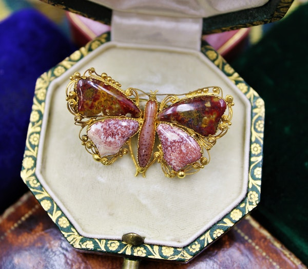 An extremely fine Georgian Agate Butterfly Brooch set in High Carat Yellow Gold, English, Circa 1780 - 1790 - image 2