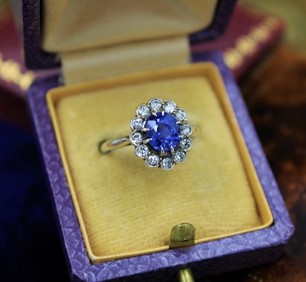 A very fine Sapphire & Diamond Cluster Ring mounted in 14ct White Gold, Continental, Circa 1930 - image 1