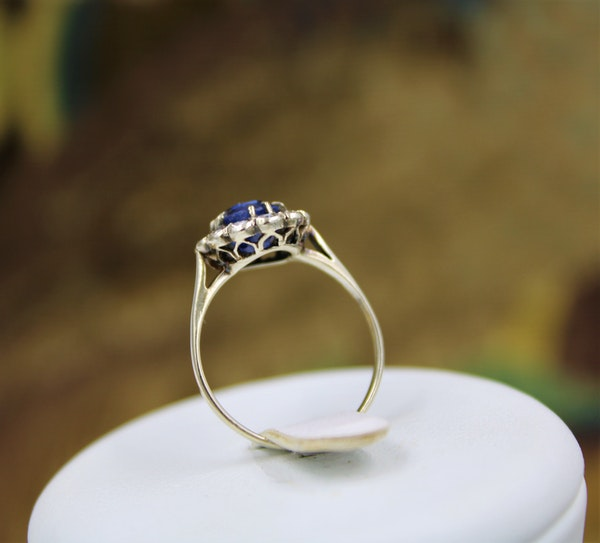 A very fine Sapphire & Diamond Cluster Ring mounted in 14ct White Gold, Continental, Circa 1930 - image 4