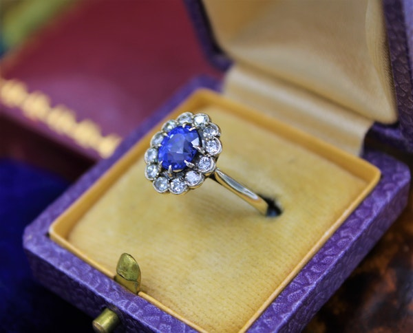 A very fine Sapphire & Diamond Cluster Ring mounted in 14ct White Gold, Continental, Circa 1930 - image 2
