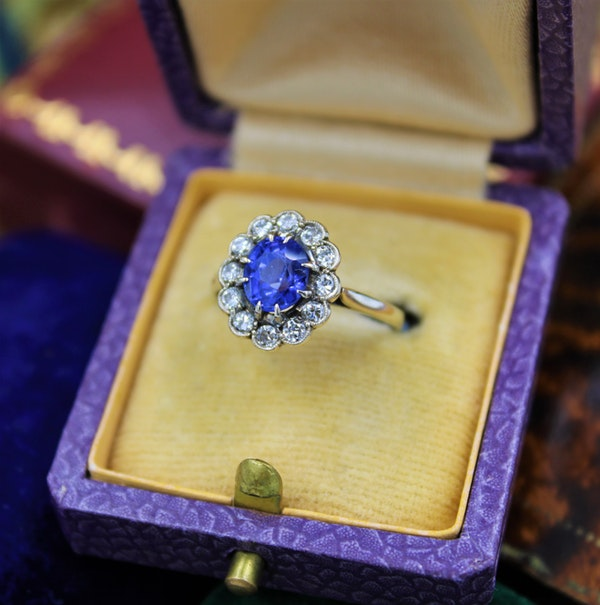 A very fine Sapphire & Diamond Cluster Ring mounted in 14ct White Gold, Continental, Circa 1930 - image 3