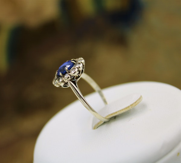 A very fine Sapphire & Diamond Cluster Ring mounted in 14ct White Gold, Continental, Circa 1930 - image 5