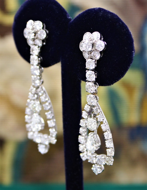 A magnificent pair of 8.30ct Diamond Drop Earrings set in 18ct White Gold, Circa 1955 - image 4