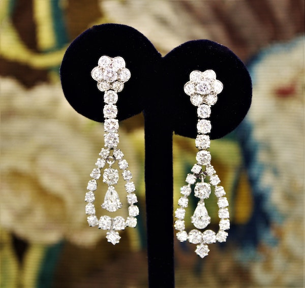 A magnificent pair of 8.30ct Diamond Drop Earrings set in 18ct White Gold, Circa 1955 - image 2