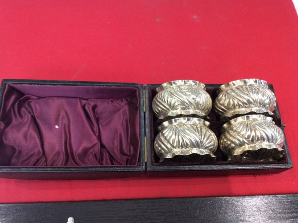 A boxed set of napkin rings - image 4