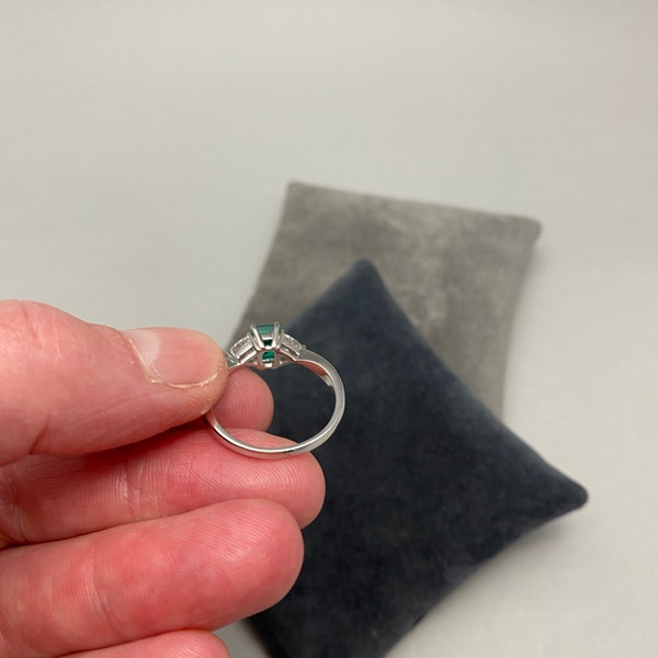 Emerald Diamond Ring in 18ct White Gold date circa 1980 SHAPIRO & Co since1979 - image 11