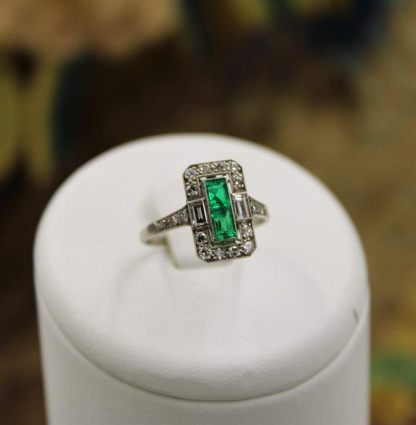 A very fine oblong Emerald & Diamond Ring set in Platinum, English, Circa 1930 - image 4