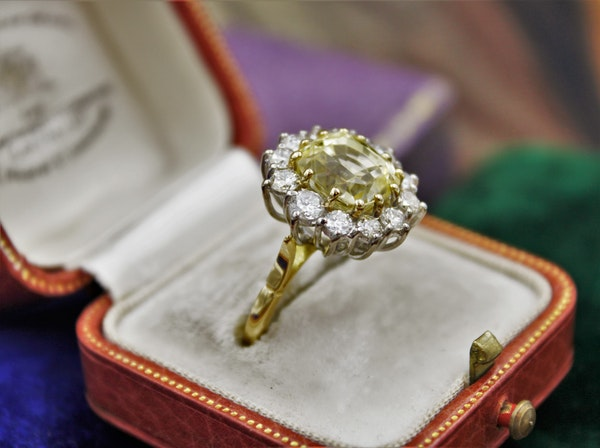 A very fine Natural Yellow Sapphire & Diamond Ring set in 18ct White & Yellow Gold, Circa 1985 - image 3