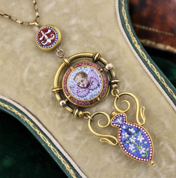 """An extremely fine """"Putti"""" Micro Mosaic Pendant set in High Carat Yellow Gold, English, Circa 1880 - image 1"""
