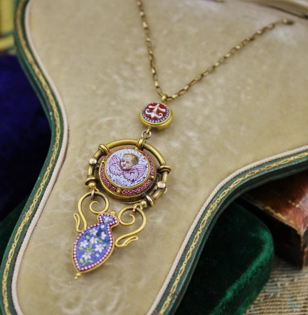 """An extremely fine """"Putti"""" Micro Mosaic Pendant set in High Carat Yellow Gold, English, Circa 1880 - image 2"""