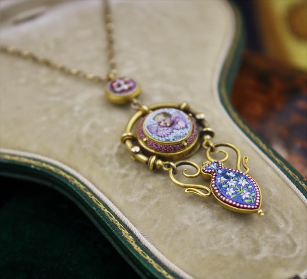 """An extremely fine """"Putti"""" Micro Mosaic Pendant set in High Carat Yellow Gold, English, Circa 1880 - image 3"""