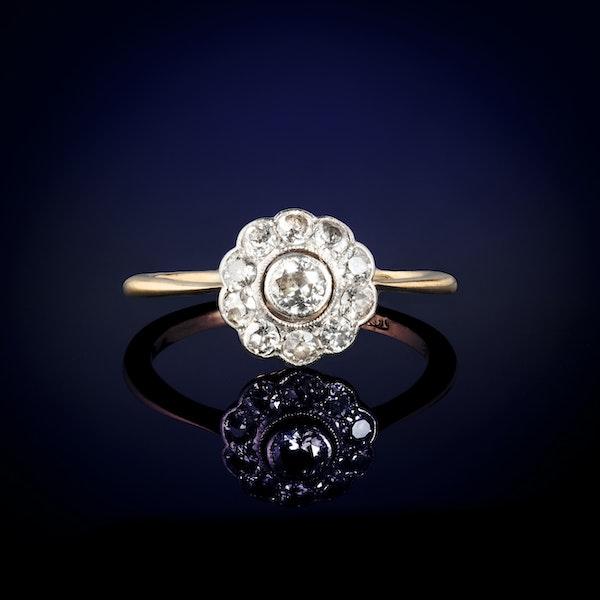 An eighteen carat Gold Daisy Diamond ring - image 1