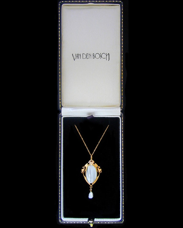 Archibald Knox for Liberty & Co. An Arts & Crafts / Art Nouveau gold pendant set mother of pearl. Circa 1900. - image 3