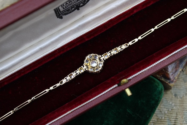 A very fine Edwardian Diamond Demi-Bracelet set in 18ct Gold and Platinum tipped, English, Circa 1910 - image 4