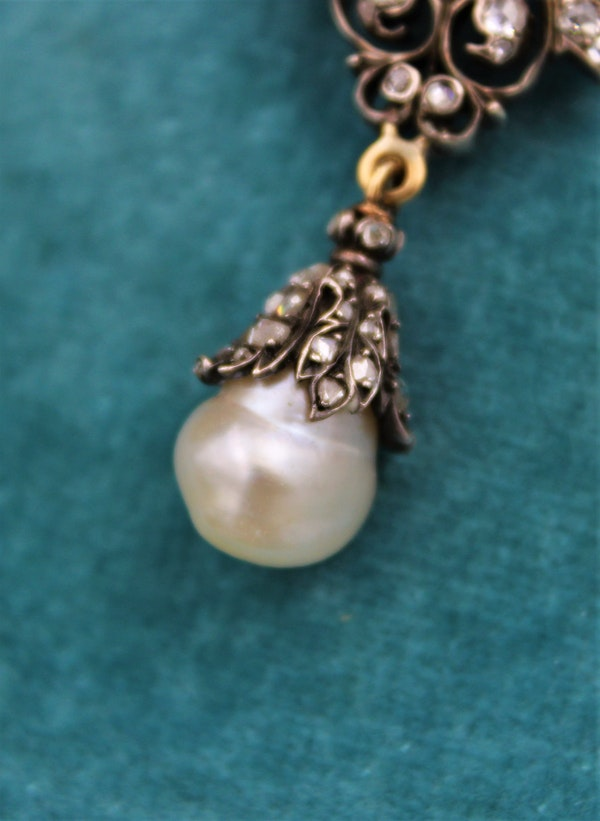 An exceptionally finely worked Natural Pearl & Diamond Brooch/Pendant set in 18ct Yellow Gold & Silver, French, Circa 1870 - image 4