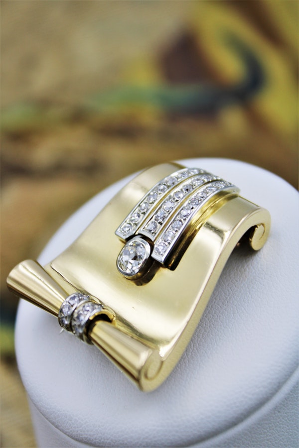 A very fine Scrolling Diamond Dress-Clip / Brooch in 18 Carat Yellow Gold (marked), Circa 1940. - image 3