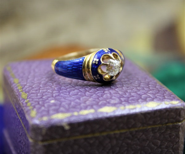A very fine Diamond and Blue Enamel Mourning Ring set in 18ct Yellow Gold, English, Circa 1850 - image 3