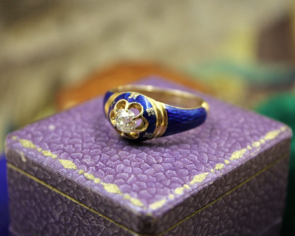 A very fine Diamond and Blue Enamel Mourning Ring set in 18ct Yellow Gold, English, Circa 1850 - image 4
