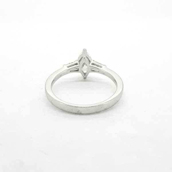 Marquise Diamond ring in 18ct white gold - image 3