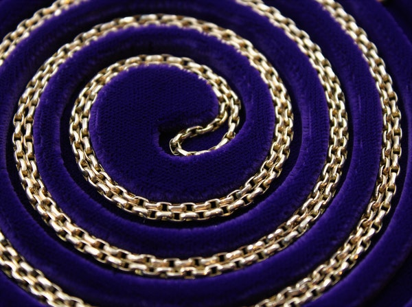 A very fine Victorian Long Guard in 9ct Gold with its original Claw Clasp, English, Circa 1880 - image 2