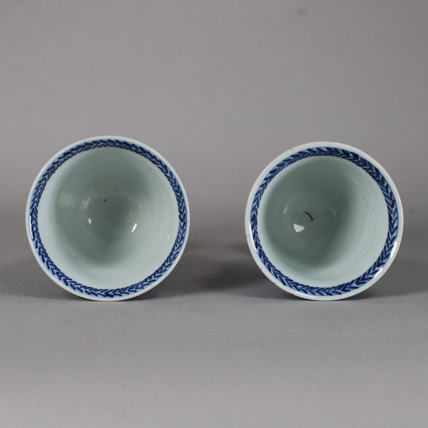 Pair of Chinese blue and white stem cups, Kangxi (1662-1722) - image 3