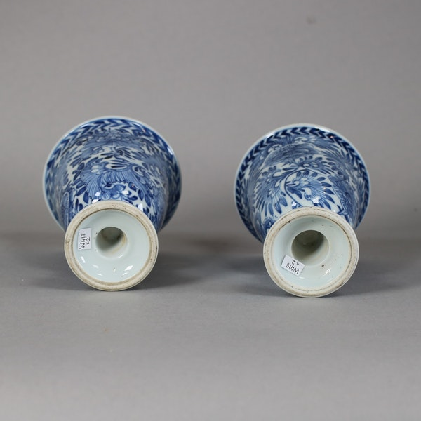 Pair of Chinese blue and white stem cups, Kangxi (1662-1722) - image 2