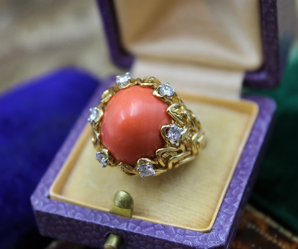 An exceptionally fine Coral & Diamond Ring in 18ct Yellow Gold, French, Circa 1970 - image 2