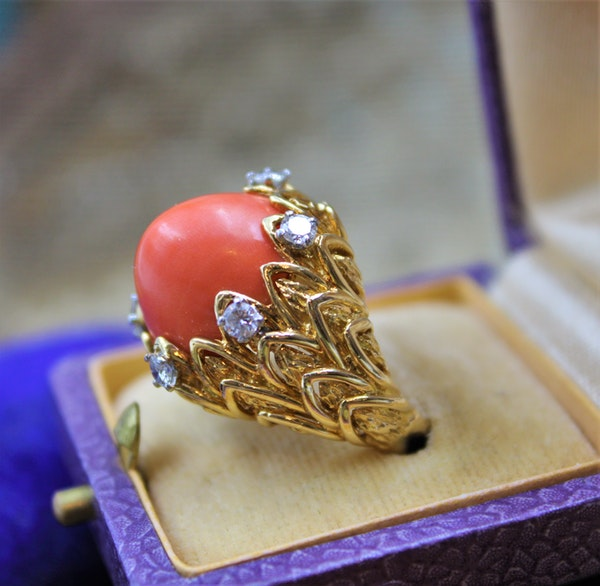 An exceptionally fine Coral & Diamond Ring in 18ct Yellow Gold, French, Circa 1970 - image 3
