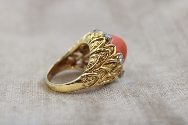 An exceptionally fine Coral & Diamond Ring in 18ct Yellow Gold, French, Circa 1970 - image 4