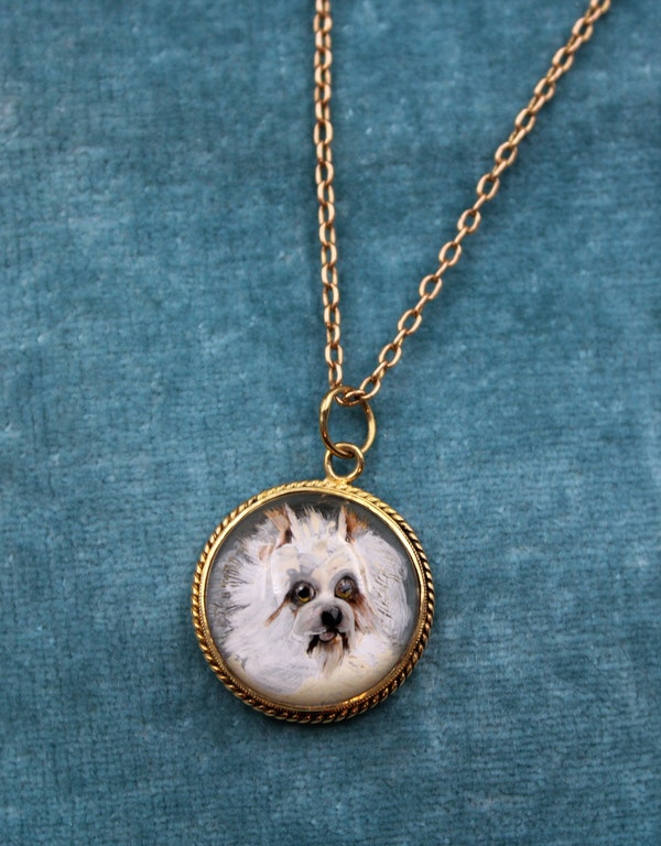 """A very fine """"Essex Crystal"""" Pendant depicting a Dog set in 15ct Yellow Gold, English, Circa 1890 - image 1"""