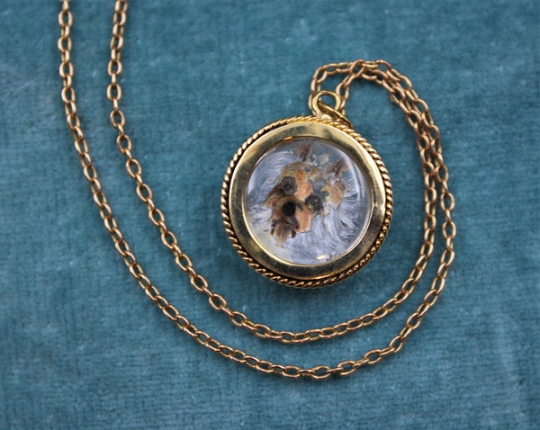 """A very fine """"Essex Crystal"""" Pendant depicting a Dog set in 15ct Yellow Gold, English, Circa 1890 - image 3"""