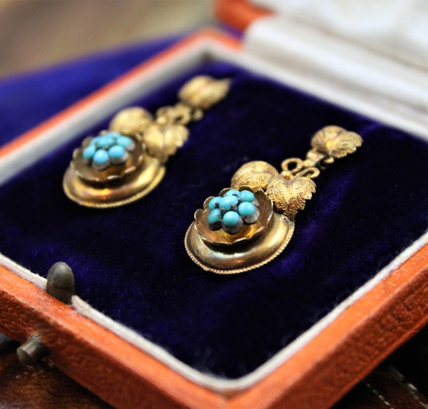 A fine pair of Victorian Foliate Drop Turquoise Earrings in High Carat Yellow Gold, English, Circa 1870 - image 3