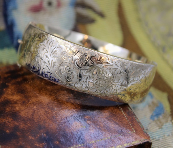 An exceptional and finely engraved 9ct Yellow Gold Bangle, English, Circa 1917 - image 2